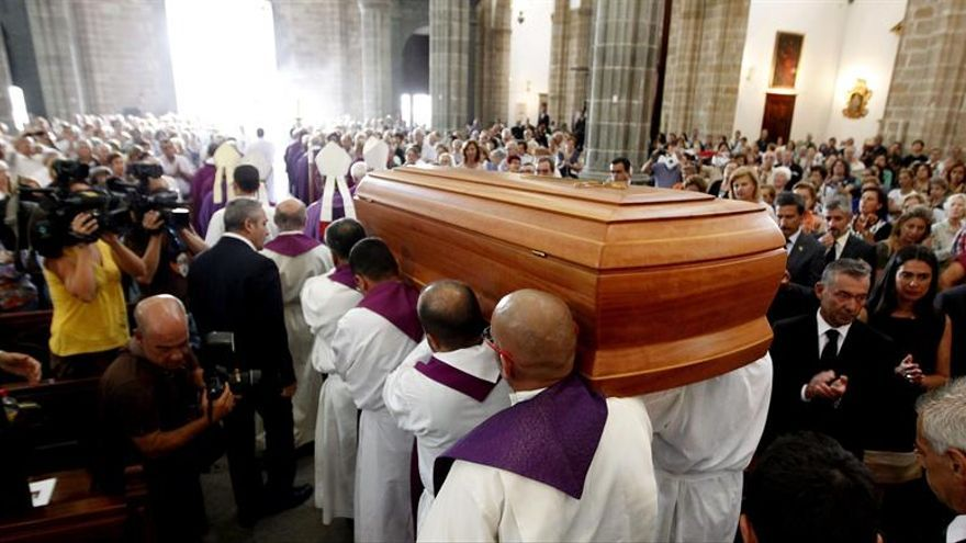 El féretro con los restos del obispo emérito de la Diócesis de Canarias, Ramón Echarren, fallecido el pasado día 25 de agosto, recorre la catedral de Las Palmas durante la misa funeral celebrada hoy. EFE/Elvira Urquijo