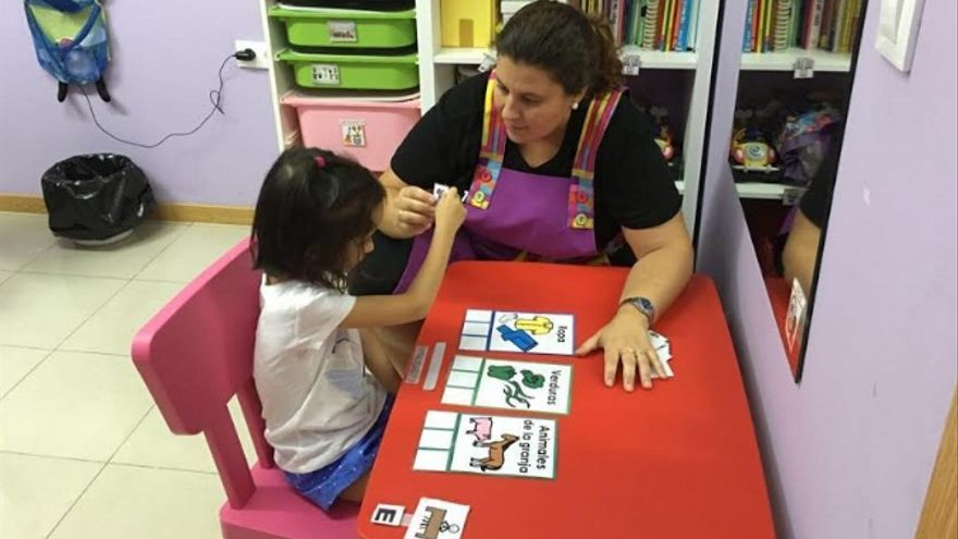 Una logopeda trabaja con una niña / Colegio de Logopedas de Extremadura