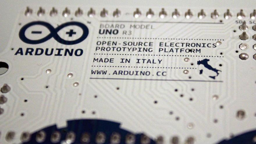 Detalle del mapa de Italia en la parte posterior del modelo Arduino UNO (Foto: Cristina Sánchez)