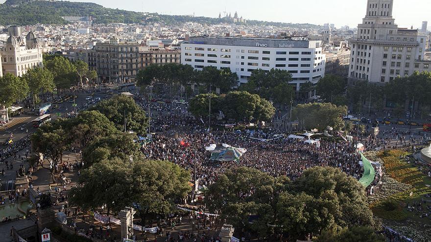 Vista aèria d'una de les múltiples concentracions que va sorgir espontàniament a la plaça. / EDU BAYER