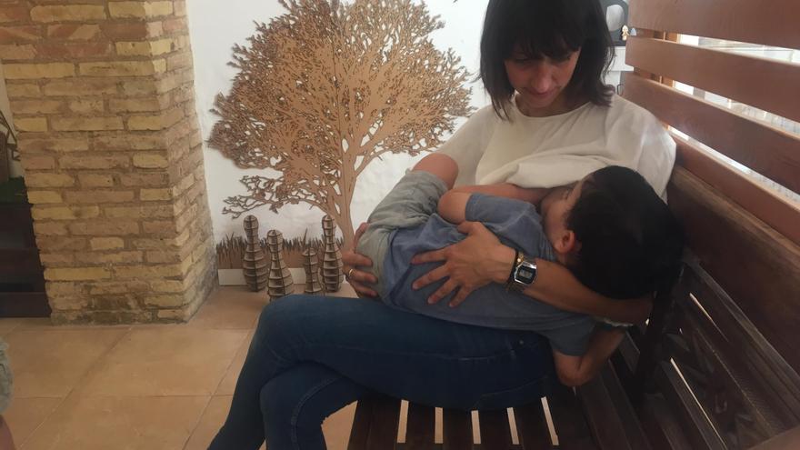 Ángeles Juárez da el pecho a su hijo en uno de los comercios de la red de lactancia