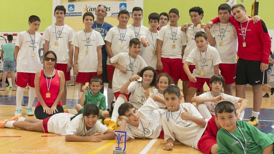 En la imagen, los ganadores en las categorías de alevines, infantiles y cadetes, de la liga insular de fútbol sala. Foto. JOSÉ F. AROZENA