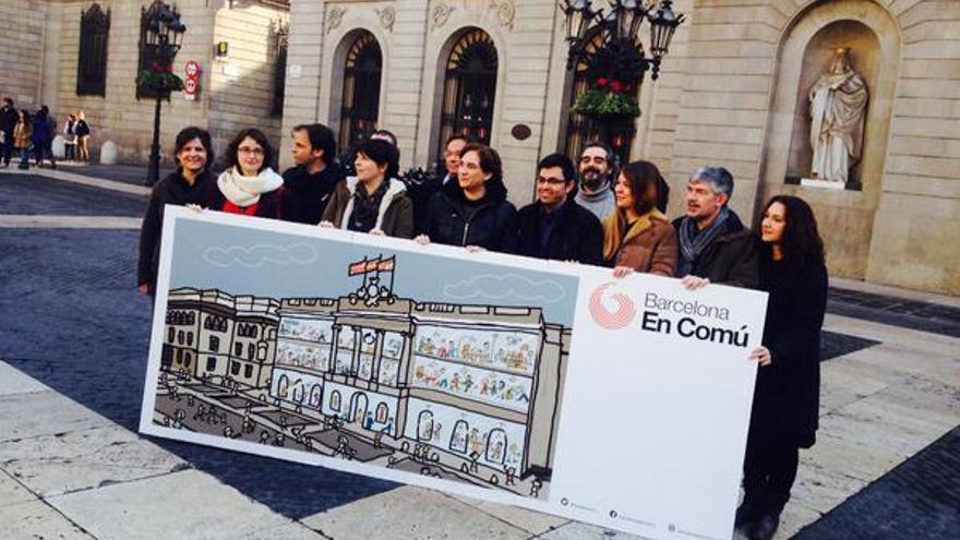 Los miembros de la lista de Barcelona en Comú que encabezará Ada Colau.
