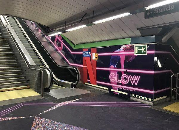 La nueva campaña promocional de la serie GLOW en las escaleras de la estación de Chueca | Fotografía: Somos Chueca