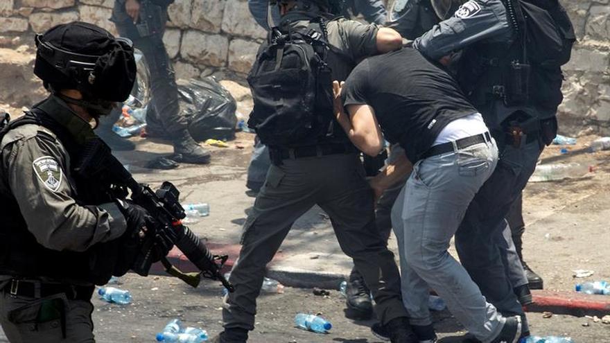 La Policía israelí detiene a 17 palestinos en Jerusalén por actividades para la ANP