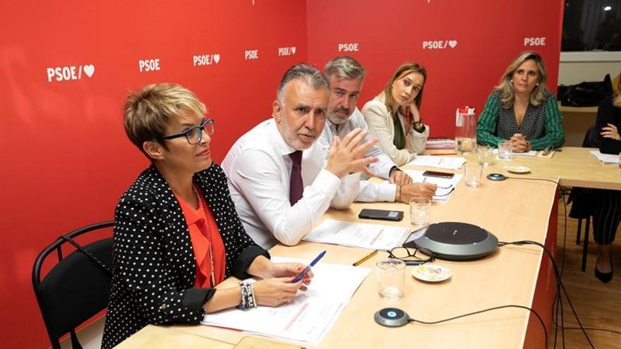 El secretario general del PSOE de Canarias, Ángel Víctor Torres, asiste a la reunión de la Ejecutiva Regional de su partido. Foto EFE/Quique