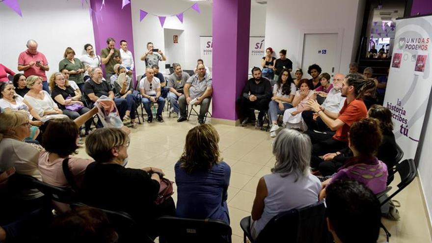 El secretario de Organización de Podemos y candidato a diputado por Santa Cruz de Tenerife, Alberto Rodríguez, en un encuentro con militantes.