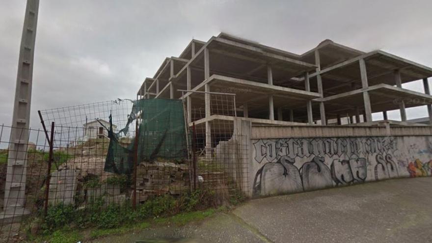 Los restos del castro, junto a uno de los edificios, sin concluír