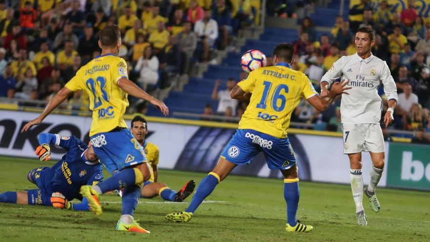 Aythami despeja ante la mirada de Cristiano Ronaldo. (ALEJANDRO RAMOS)