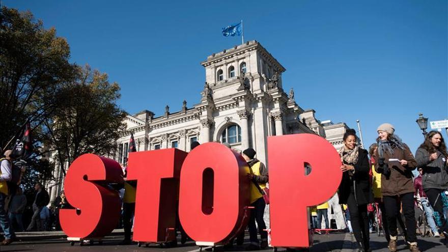 Al menos 150.000 personas protestan en Berlín contra el TTIP con EEUU