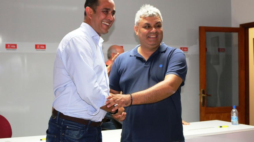 El nuevo secretario general del PSOE de Fuerteventura, Blas Acosta , es felicitado por su compañero Juan Jiménez