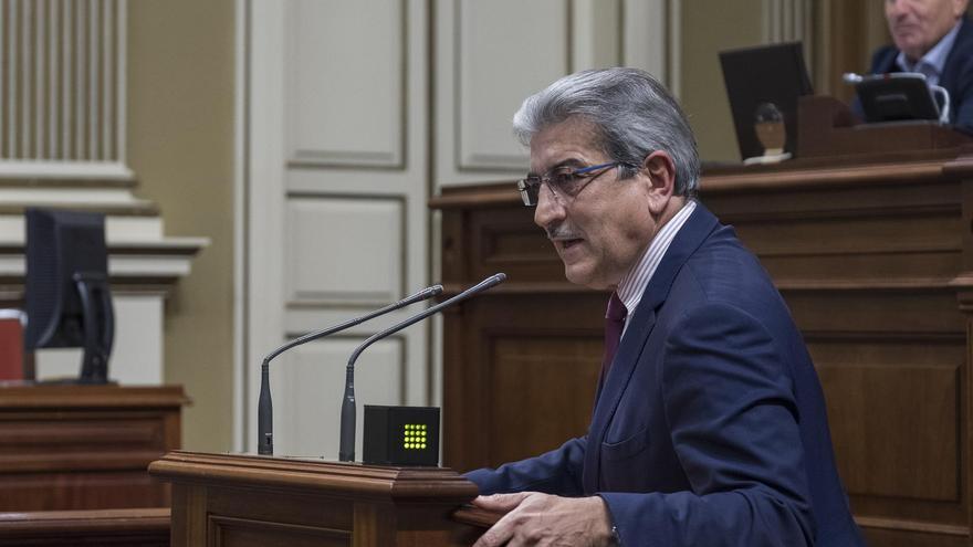 Román Rodríguez, en la tribuna de oradores de la Cámara regional