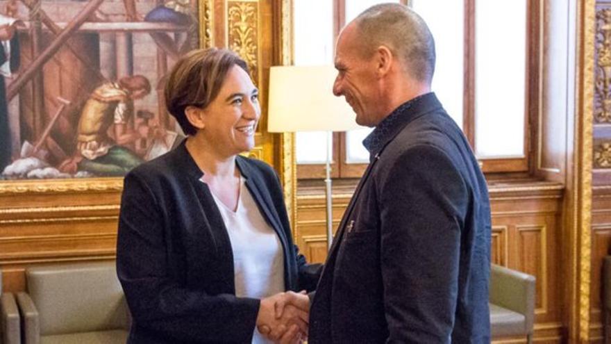 Reunión de la alcaldesa de Barcelona, Ada Colau, con el ex ministro de Finanzas griego Yanis Varufakis el 14 de octubre de 2015 en el Ayuntamiento de Barcelona.
