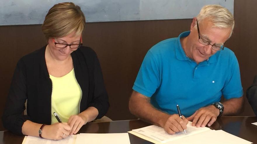 La consellera de Obras Públicas, María José Salvador, y el alcalde de Valencia, Joan Ribó, durante la firma del convenio