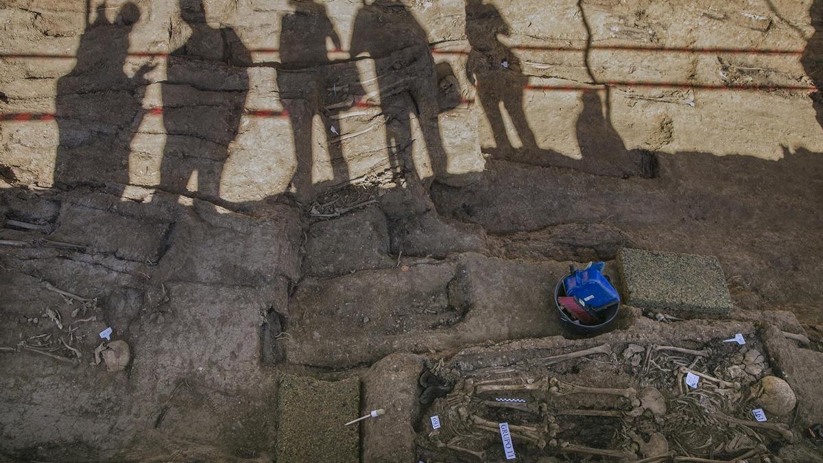 Trabajos de exhumación de una fosa común.
