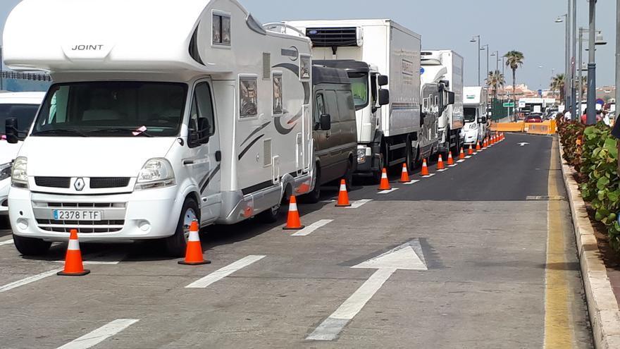 Autocaravanas y otros vehículos en el recinto de Los Cristianos
