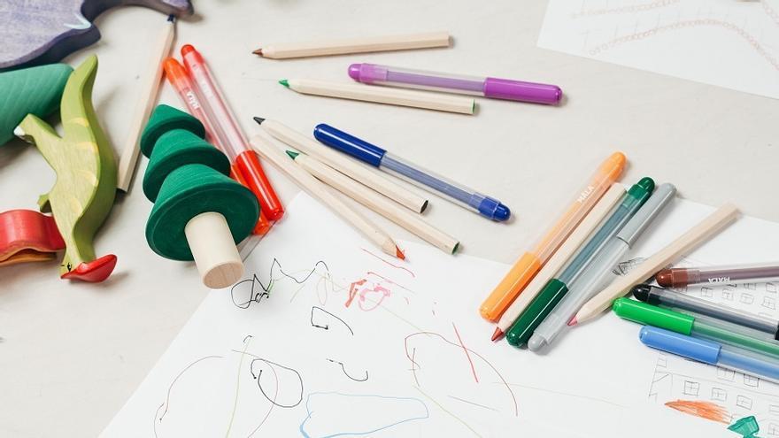 Alumno dibujando en un centro escolar.