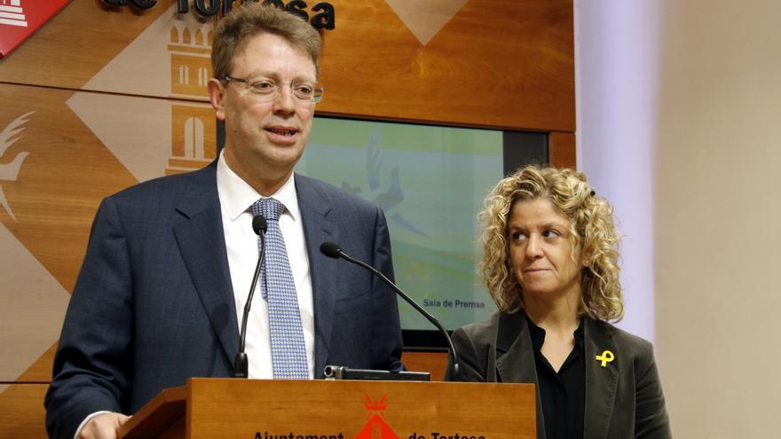 El exalcalde de Tortosa, Ferran Bel, junto a la actual alcaldesa de localidad, Meritxell Roigé