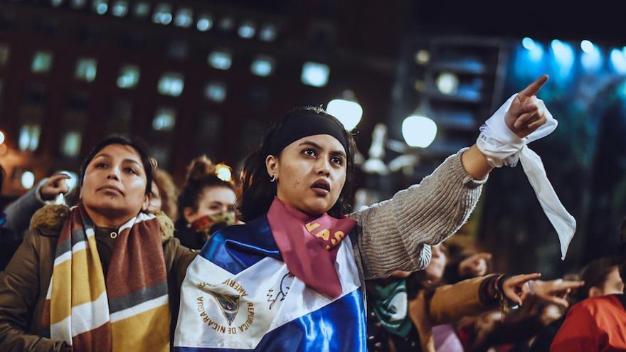 Una integrante de Feministas por Nicaragua – Euskal Herria durante la performance 'Un violador en tu camino' en Bilbao.