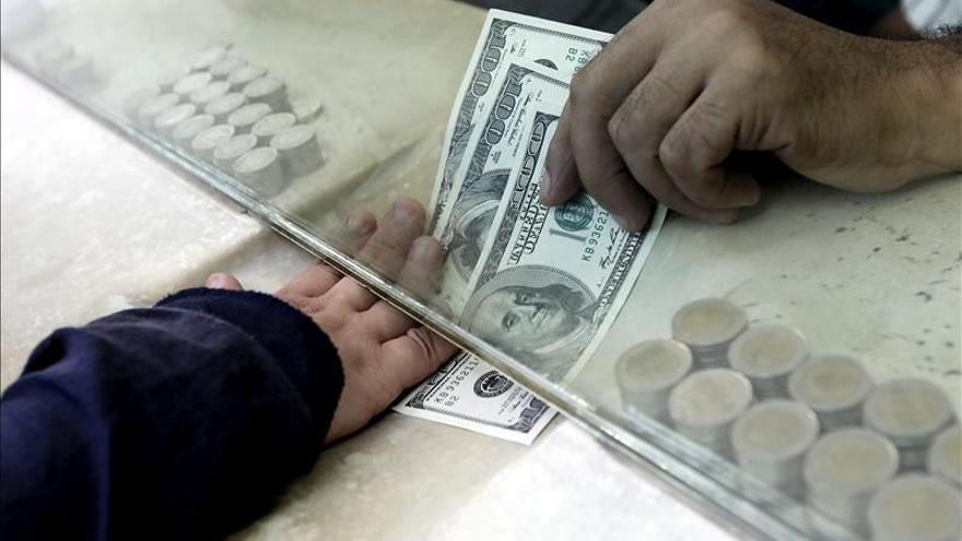 El euro cae hasta los 1,2508 dólares