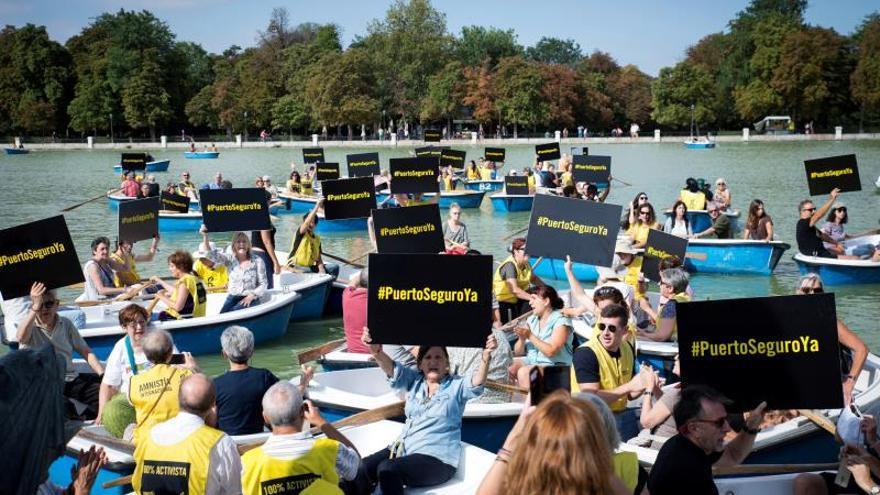 """120 activistas de AI piden en las barcas del Retiro un """"puerto seguro"""" para el Open Arms"""