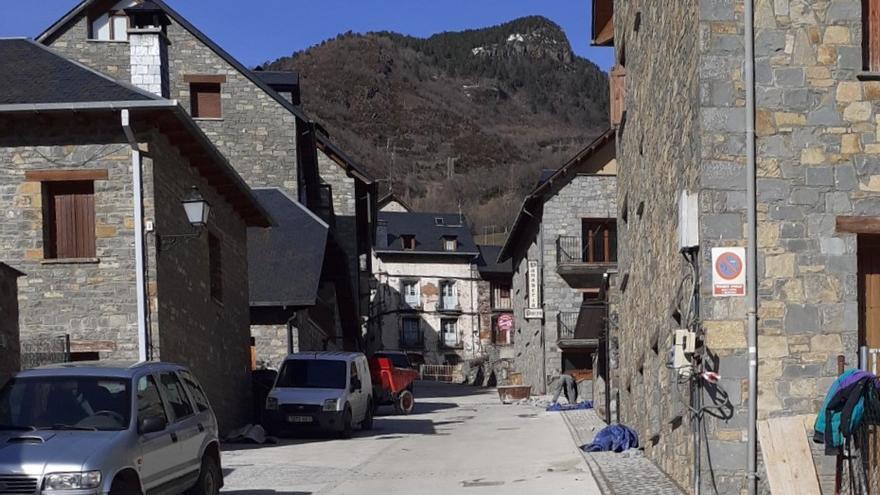 La calle de Plan donde se ha instalado el suelo radiante cuenta con los principales servicios del pueblo.