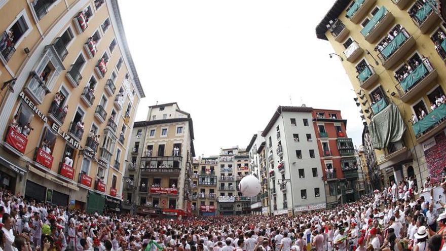 El chupinazo de DYA abre los sanfermines con la ikurriña en el Ayuntamiento
