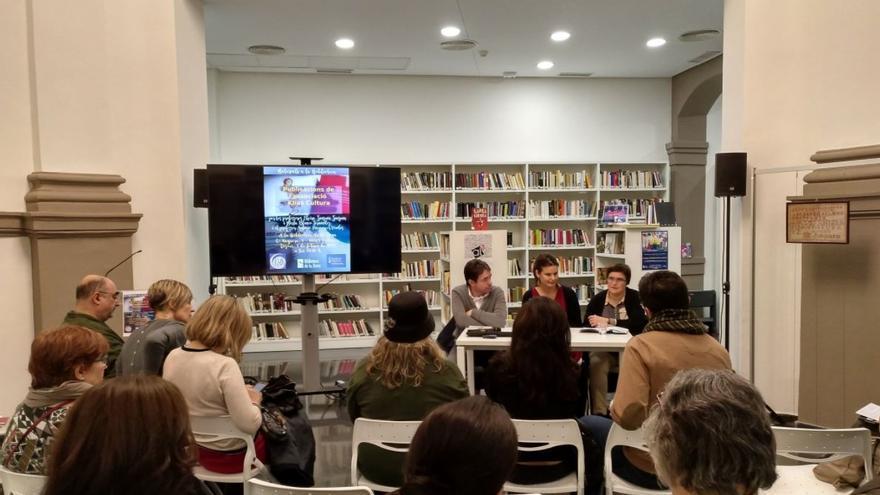 Presentación de un proyecto en la Biblioteca de la Dona