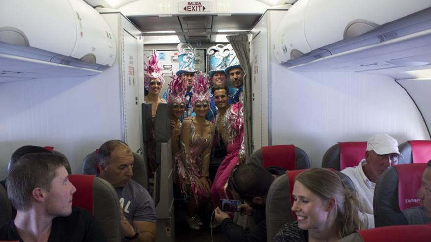 Componentes de la comparsa Los Joroperos a bordo de un avión de Iberia Express