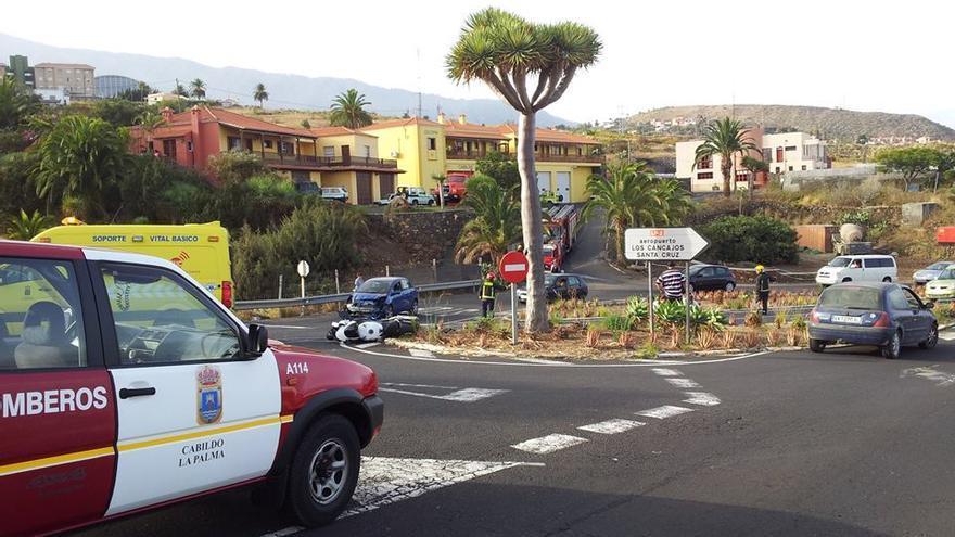 En la imagen, los vehículos implicados y los servicios de emergencia. Fotos. BOMBEROS LA PALMA