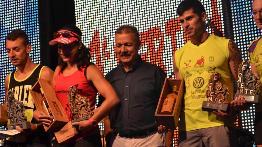 En la imagen, el alcalde de Fuencliente (centro), con los ganadores de la prueba.