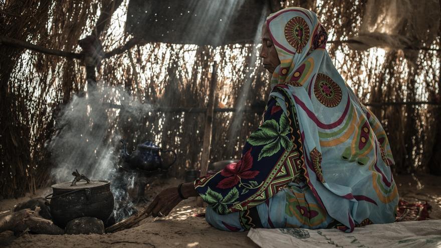 Haoua Ousmane, (por cuestiones de seguridad se ha cambiado su nombre, el real es Fatima Soumaine Abakar), 40 años, tiene 8 hijos, huyó de la isla Kaiga en el Lago Chad cuando Boko Haram invadió su pueblo. Buscó refugio en un asentamiento en el medio de desierto llamado Yarom.