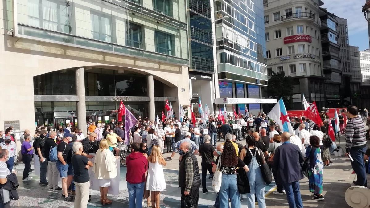 """Concentración contra la """"estafa"""" de la factura de la luz en A Coruña, convocada por la CIG."""
