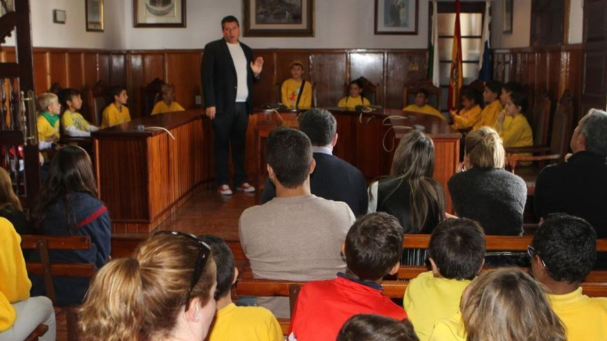 En la imagen, los escolares, en el Salón de Plenos del  Ayuntamiento de El Paso, con el primer teniente de alcalde, Andrés Carmona.