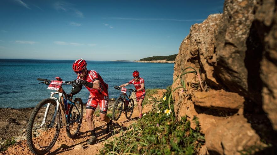 El equipo líder Bicis Esteve 1 en la playa de Binigaus (© Oriol Batista).