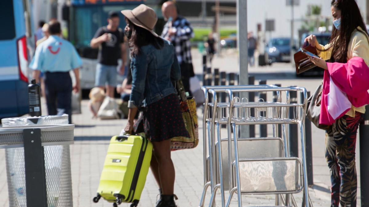 Viajeros llegando al aeropuerto de Palma de Mallorca