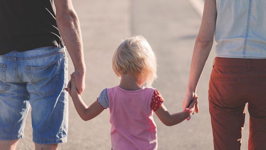 El Gobierno amplía por decreto ley el permiso por paternidad a 8 semanas en 2019 y progresivamente a 16 en 2021