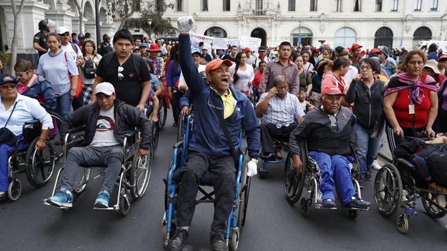 Colectivos y asociaciones de personas en condiciones de discapacidad, uno de los grupos más vulnerables en la sociedad peruana, fueron registrados este martes, durante la marcha nacional por la defensa de sus derechos, en Lima (Perú).