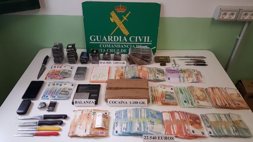 Dinero, droga y material incautado por la Guardia Civil.