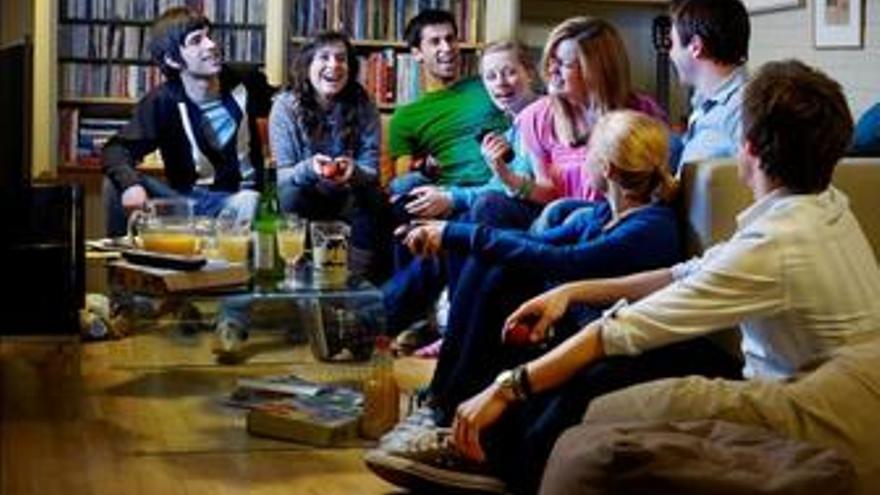 Amigos jugando al videojuego de Sony de preguntas para Playstation Buzz