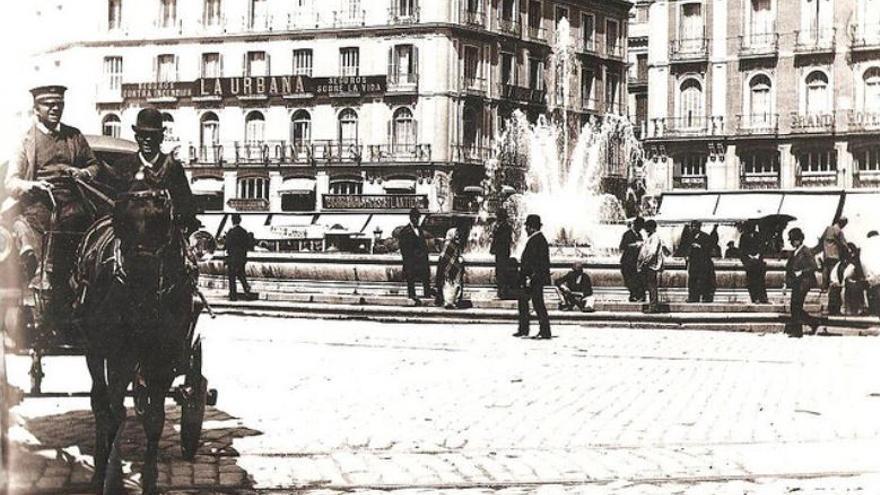 Un coche de caballos en la Puerta del Sol en 1890
