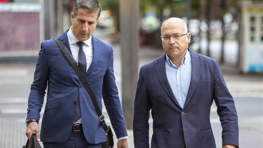 Alfredo de Miguel, con su abogado Gonzalo Susaeta