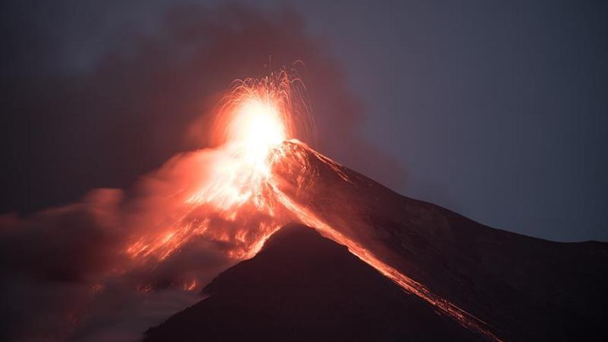 El volcán de Fuego de Guatemala entra en erupción, la décima del año
