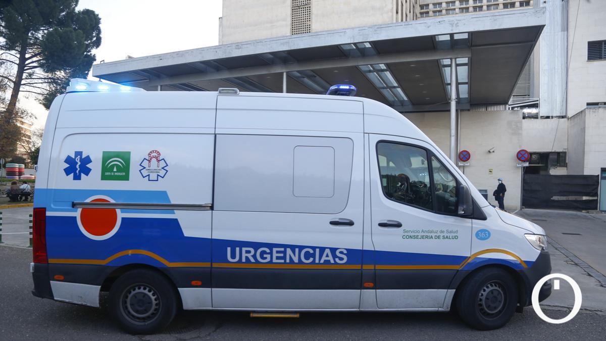 Una ambulancia en las Urgenias del Hospital Reina Sofía.