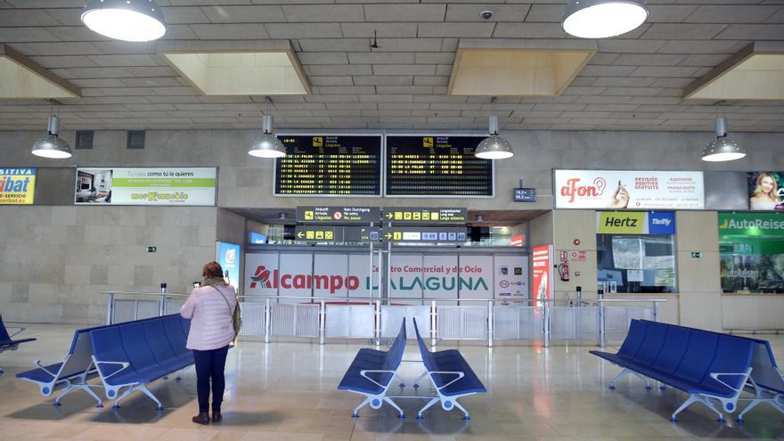 La terminal de llegadas del aeropuerto Tenerife Norte-Ciudad de La Laguna permanece casi desierta este lunes.