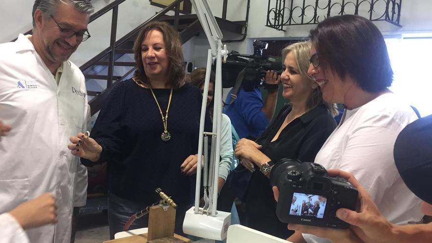Soledad Monzón con los alumnos del Ciclo de Joyería Artística.