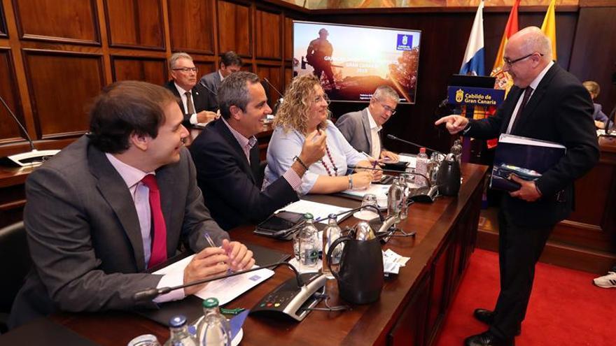 El presidente del Cabildo de Gran Canaria, Antonio Morales, conversa con el grupo de consejeros del PP.
