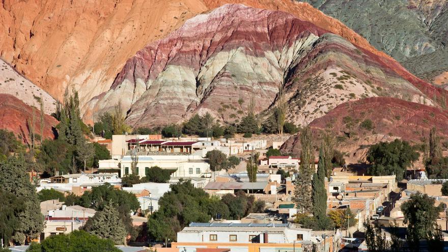 Purmamarca a los pies del famoso Cerro de los Siete Colores, uno de los iconos del norte argentino. VIAJAR AHORA
