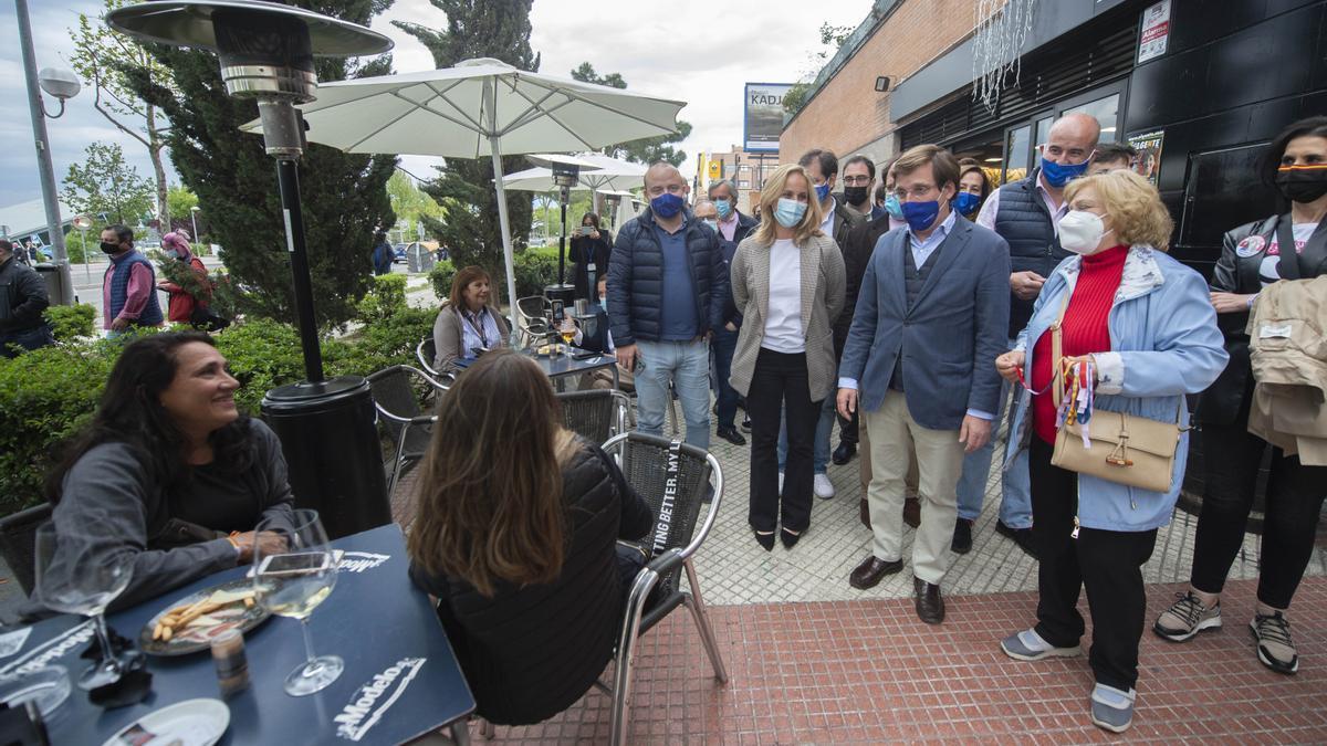 El alcalde de Madrid, José Luis Martínez-Almeida, se para en una terraza durante la campaña.