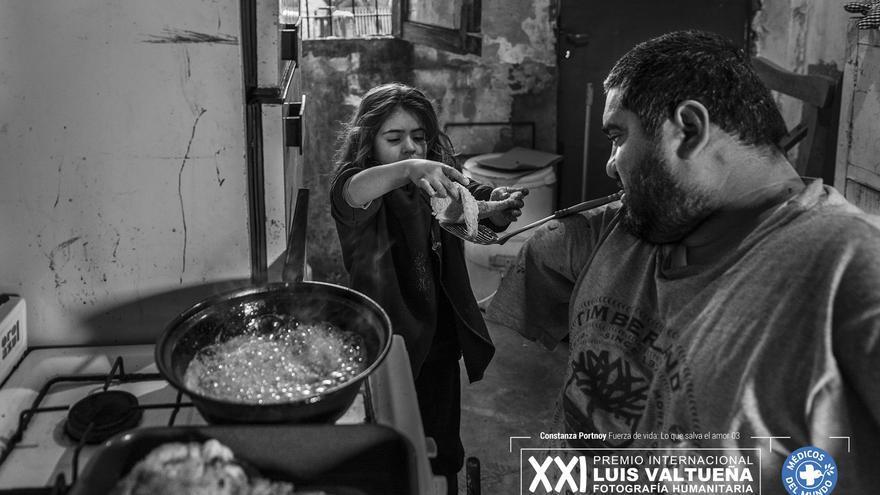 Jorge suele cocinar para su familia mientras Ángeles pide colaborar para compartir esa actividad con su papá. Foto: Constanza Portnoy. Fuerza de Vida, los que salva el amor. Primera finalista.